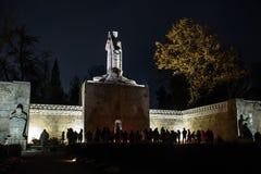 Mensen lichte kaarsen, bij de Begraafplaats van de Broers in Riga stock afbeeldingen