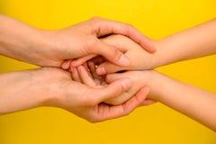 Mensen, liefdadigheid, familie en zorgconcept - sluit omhoog van vrouwenhanden houdend meisjeshanden royalty-vrije stock afbeelding