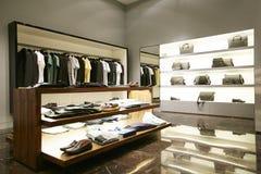 Mensen mannelijke kleding op hangersshowcases in opslag Royalty-vrije Stock Foto's