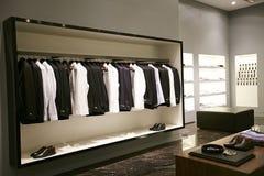 Mensen mannelijke kleding op hangersshowcases in opslag Royalty-vrije Stock Afbeelding