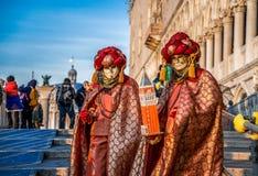 Mensen in maskers en kostuums op Venetiaans Carnaval Stock Afbeeldingen