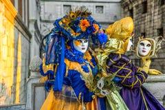 Mensen in maskers en kostuums op Venetiaans Carnaval Stock Afbeelding