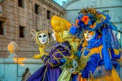 Mensen in maskers en kostuums op Venetiaans Carnaval Royalty-vrije Stock Foto