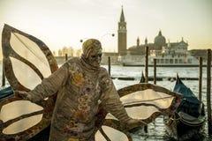 Mensen in maskers en kostuums op Venetiaans Carnaval Royalty-vrije Stock Foto's