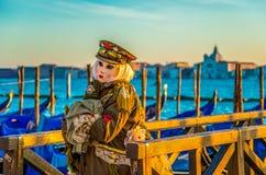 Mensen in maskers en kostuums op Venetiaans Carnaval Stock Foto