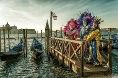 Mensen in maskers en kostuums op Venetiaans Carnaval Royalty-vrije Stock Fotografie