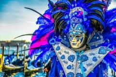 Mensen in maskers en kostuums op Venetiaans Carnaval Stock Fotografie