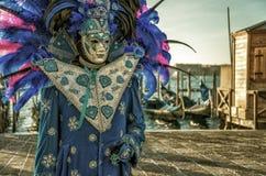 Mensen in maskers en kostuums op Venetiaans Carnaval Royalty-vrije Stock Afbeeldingen