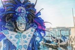 Mensen in maskers en kostuums op Venetiaans Carnaval Stock Foto's