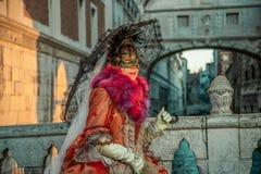 Mensen in maskers en kostuums op Venetiaans Carnaval-Venetië 06 02 2016 Stock Foto