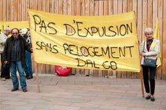 Mensen met banner tijdens de demonstratie tegen ellende en armoede - geen uitzetting zonder herhuisvesting Royalty-vrije Stock Fotografie