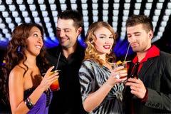Mensen met cocktails in staaf of club royalty-vrije stock foto