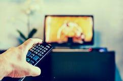 Mensen met de afstandsbediening, voor van de televisie stock foto