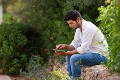 Mensen met digitale tablet in openlucht Stock Foto's