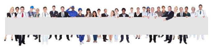 Mensen met diverse beroepen die leeg aanplakbord houden Stock Foto's