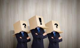 Mensen met dozen op hoofd Stock Foto
