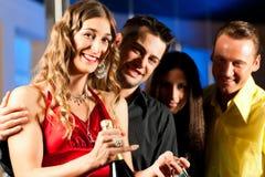 Mensen met dranken in staaf of club royalty-vrije stock foto's