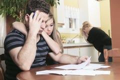 Mensen met financiële spanning thuis stock fotografie