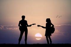 Mensen met gitaar bij zonsondergang vector illustratie