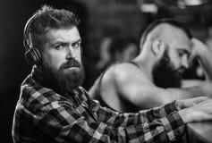Mensen met hoofdtelefoons en smartphone het ontspannen bij bar Vermijd mededeling Vluchtwerkelijkheid Vrijdagontspanning in bar royalty-vrije stock foto's