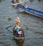 Mensen met houten het drijven van botennga Nam markt in Soc Trang, Vietnam stock afbeelding