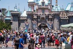 Mensen met kinderen op een gang in Disneyland Park Gelukkig weekend in Anaheim stock foto's