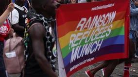2019: Mensen met kostuums en banners die de Gay Pride-parade bijwonen die ook als Christopher Street Day-CDD in München wordt bek stock video
