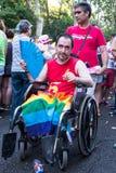 Mensen met regenboogvoorwerpen en vlaggen Royalty-vrije Stock Foto's