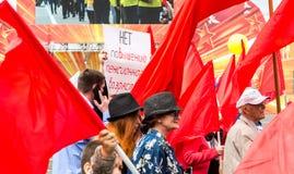 Mensen met rode vlaggen tijdens selebration Internationale Dag van de Arbeid Royalty-vrije Stock Foto