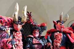 Mensen met rood kostuum in Venetië Carnaval, Italië 2015 Royalty-vrije Stock Foto's