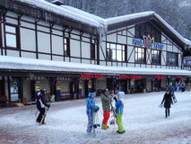 Mensen met skis en snowboards, skitoevlucht Rosa Khutor, Rusland Royalty-vrije Stock Afbeelding