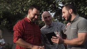 Mensen met tablet in tuin stock video