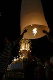 Mensen met traditionele het document van Thailand lantaarn bij nacht Stock Foto's