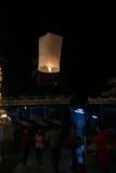 Mensen met traditionele het document van Thailand lantaarn bij nacht Royalty-vrije Stock Foto's
