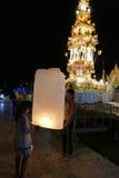 Mensen met traditionele het document van Thailand lantaarn bij nacht Stock Afbeelding