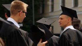 Mensen met universitaire diploma's zenuwachtig vóór diploma het toekennen ceremonie, hoger onderwijs stock videobeelden