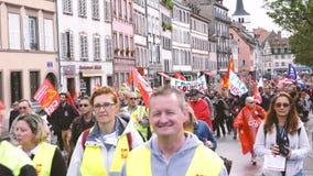 Mensen met vlaggen in politiek maart in duizenden van Frankrijk op straat stock footage