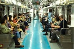 Mensen in metro in Zuid-Korea stock afbeeldingen