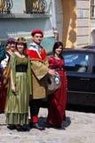 Mensen in middeleeuwse kostuums Royalty-vrije Stock Afbeelding