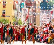 Mensen in middeleeuwse kostuums Stock Foto
