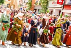 Mensen in middeleeuwse kostuumsgolf aan de menigten Royalty-vrije Stock Afbeeldingen