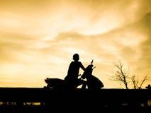 Mensen motorcecle op zonnige sunsrt Royalty-vrije Stock Foto's