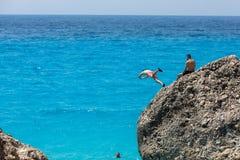 Mensen om het spelen in het overzees bij het Kavalikefta-Strand in Le te springen Stock Afbeelding