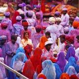 Mensen omvat in verf op festival Holi stock fotografie