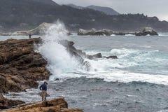 Mensen onbewust van gevaarlijke rouge/dwarsbalkgolf op Punt Lobos Royalty-vrije Stock Foto