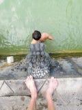 Mensen onder de waterstralen van de openbare pool Royalty-vrije Stock Afbeeldingen