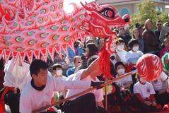 Mensen onder het Chinese draakkostuum Royalty-vrije Stock Foto