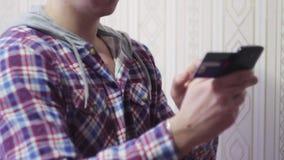 Mensen online bankwezen die smartphone gebruiken die online met creditcard thuis levensstijl winkelen stock videobeelden