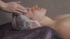 Mensen ontspannend comfort, die een gezichtsmassage krijgen royalty-vrije stock afbeeldingen
