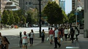 Mensen op bezige straat, wijd stock video